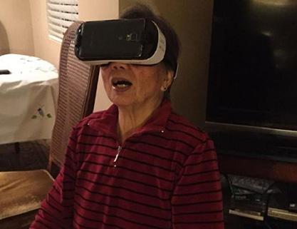81岁奶奶在体验虚拟现实