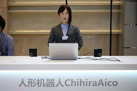 达沃斯年会出现高仿真机器人:与真人形同姐妹3